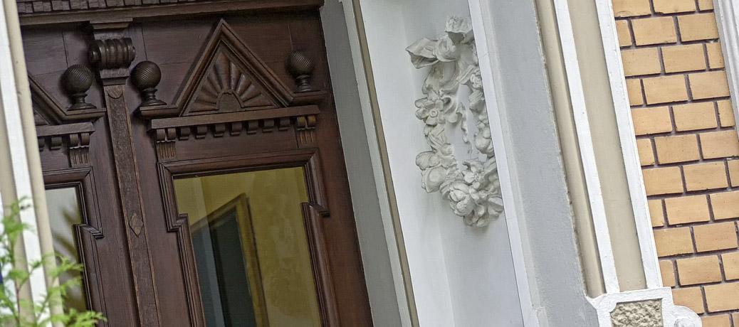 Der Eingang zum Bestattungshaus Albert & Stahl