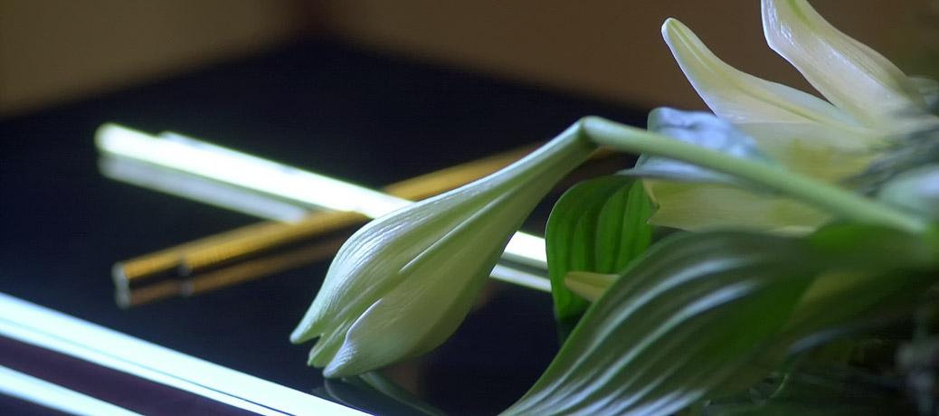 Lilien auf einem Sarg